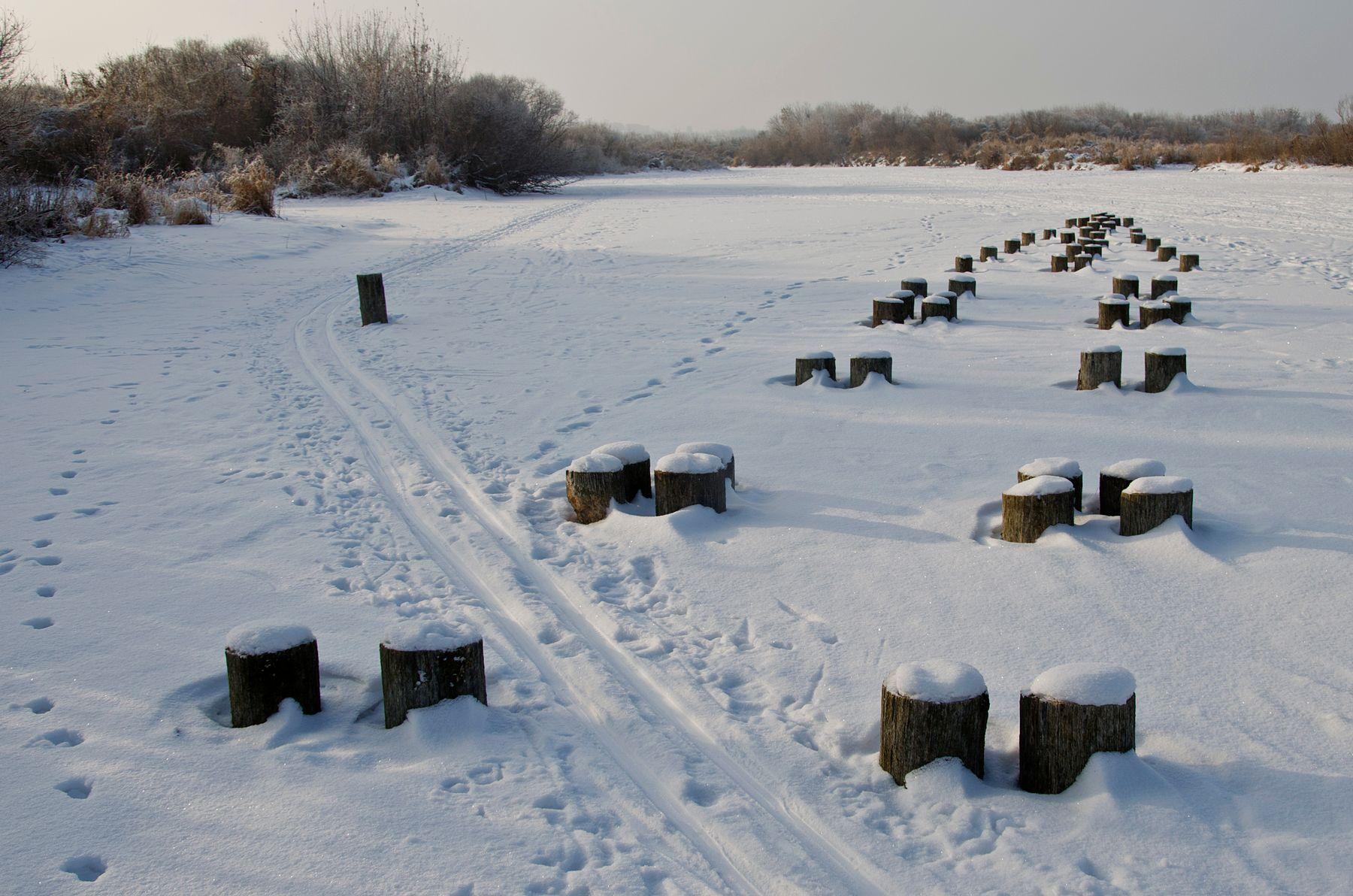 Интроверт Река снег столбы