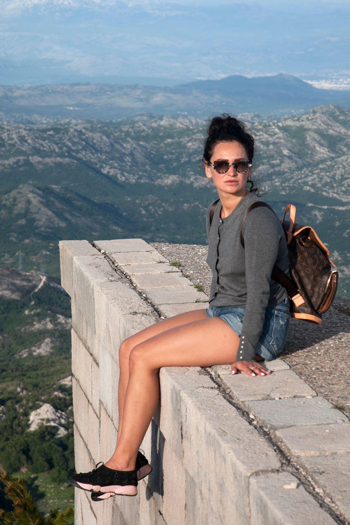 Уна девушка солнечные очки шорты рюкзак горы