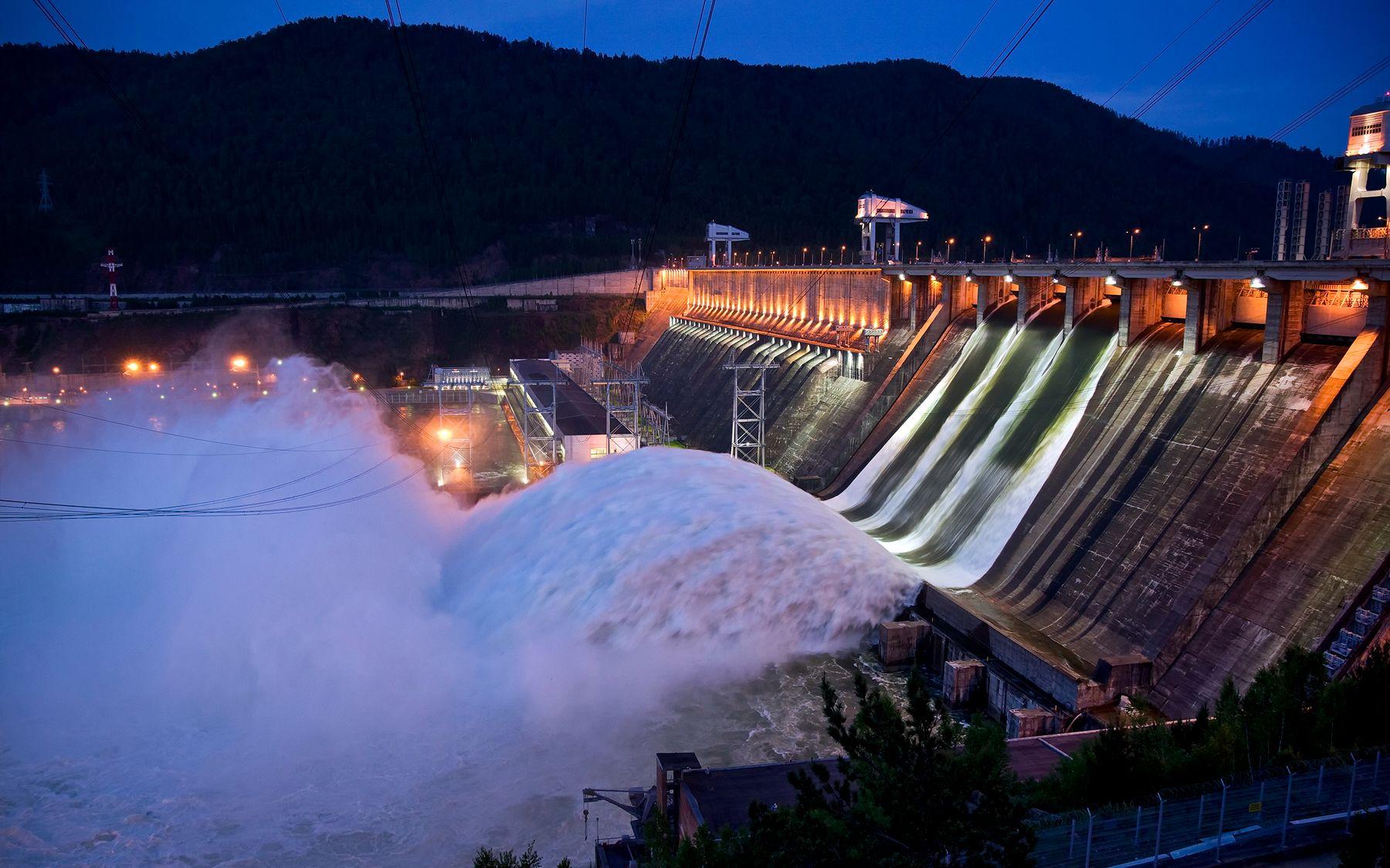 Ещё про водосброс на Красноярской ГЭС Красноярская ГЭС Енисей водосброс вечер лето июнь подсветка