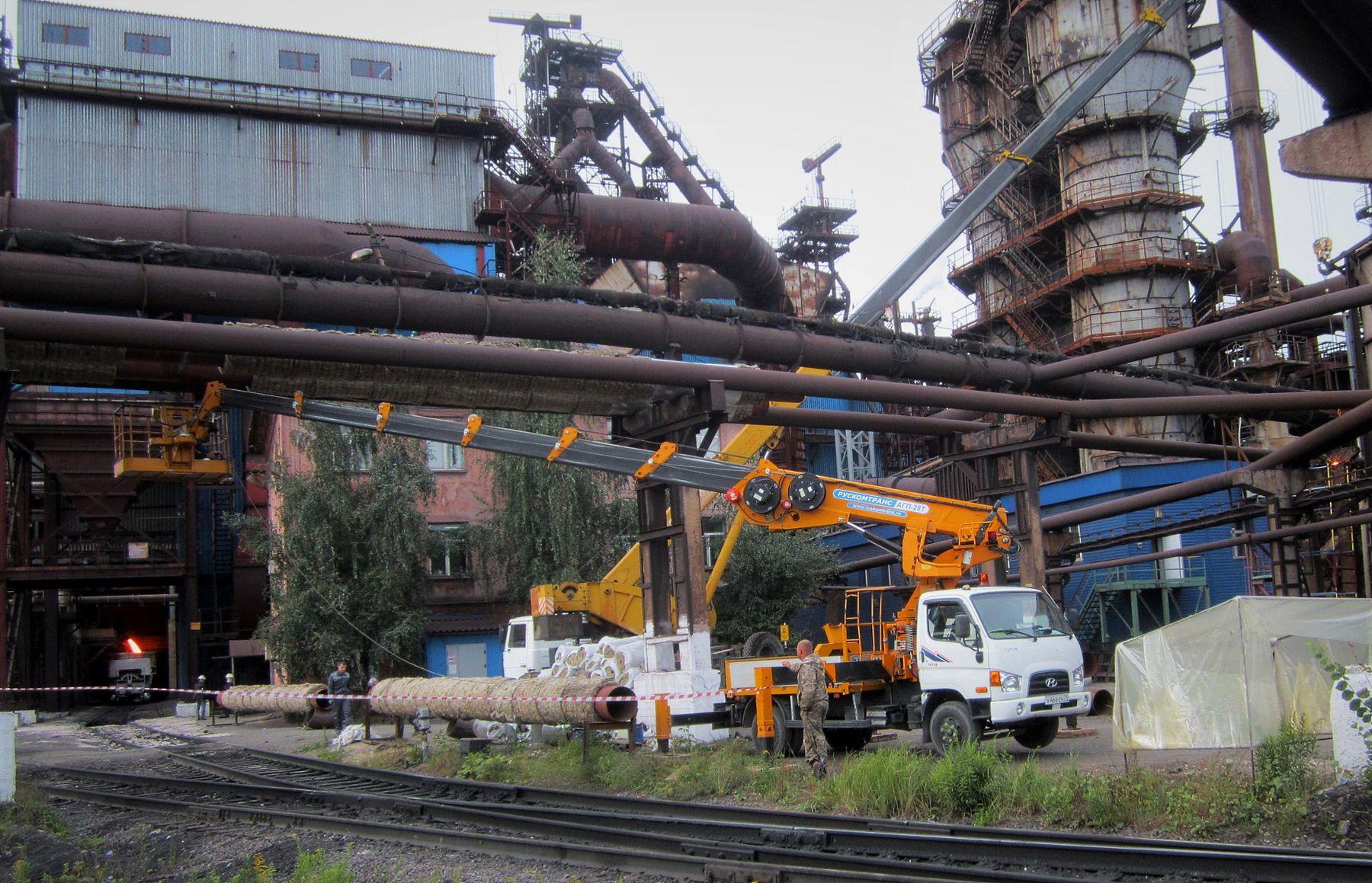 Рабочий момент Автовышка автокран теплотрасса работа завод осень