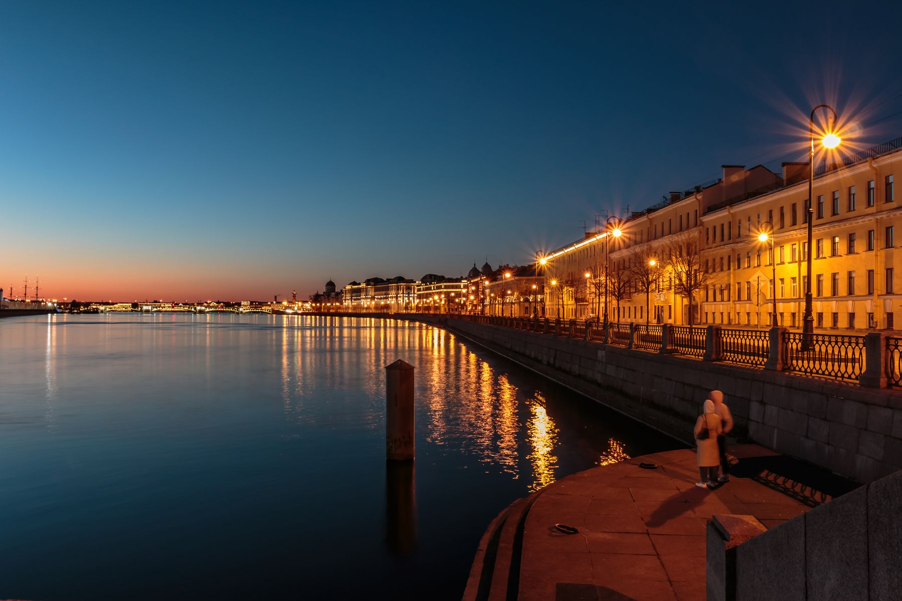 Вдвоём на утренней заре Санкт-Петербург утро река отражение двое любовь