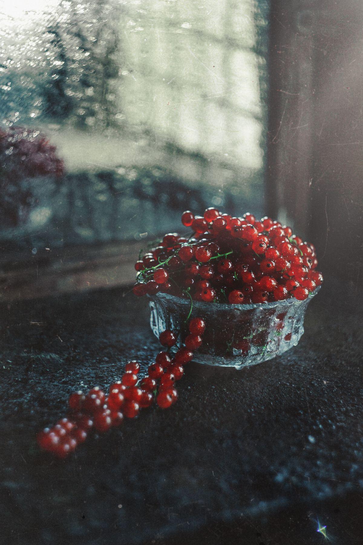 *** stilllife red noir glass lowkey reflexion berries light cinematic currant fresh sweet сладкий отражение смородина красный чёрный свежий свет низкий ключ ягода стекло вода капли drops water mirror зеракало