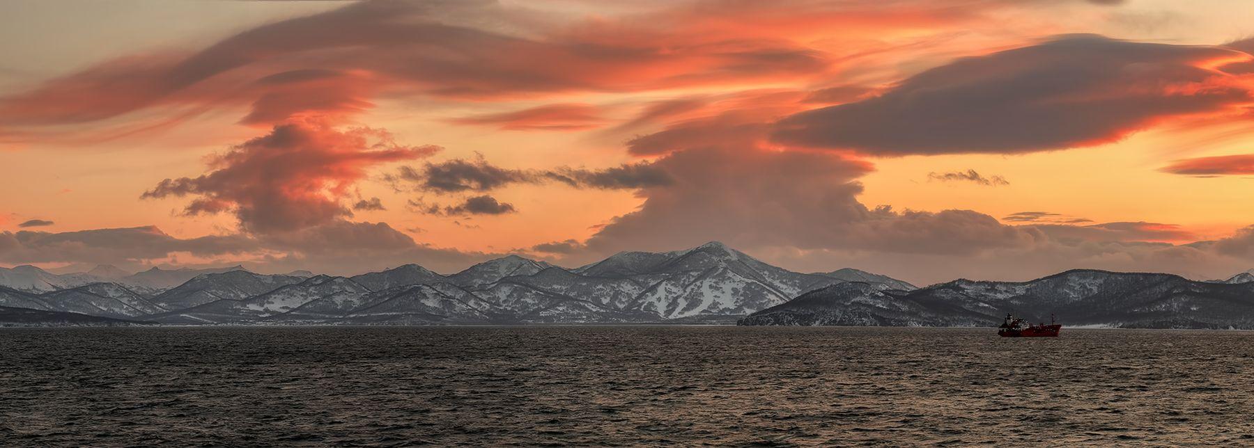 абракадабра..)) берег весна вечер Камчатка рейд судно тучи