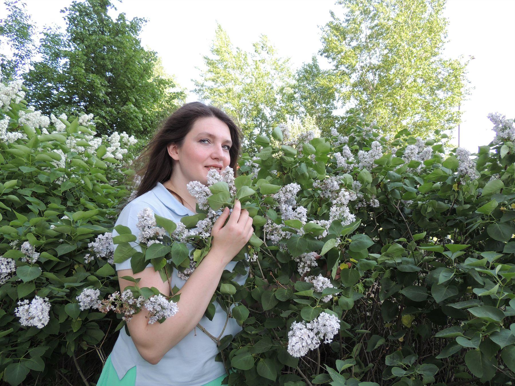 В цветущем саду. сиреневый сад нежность девушка сирень весеннее фото