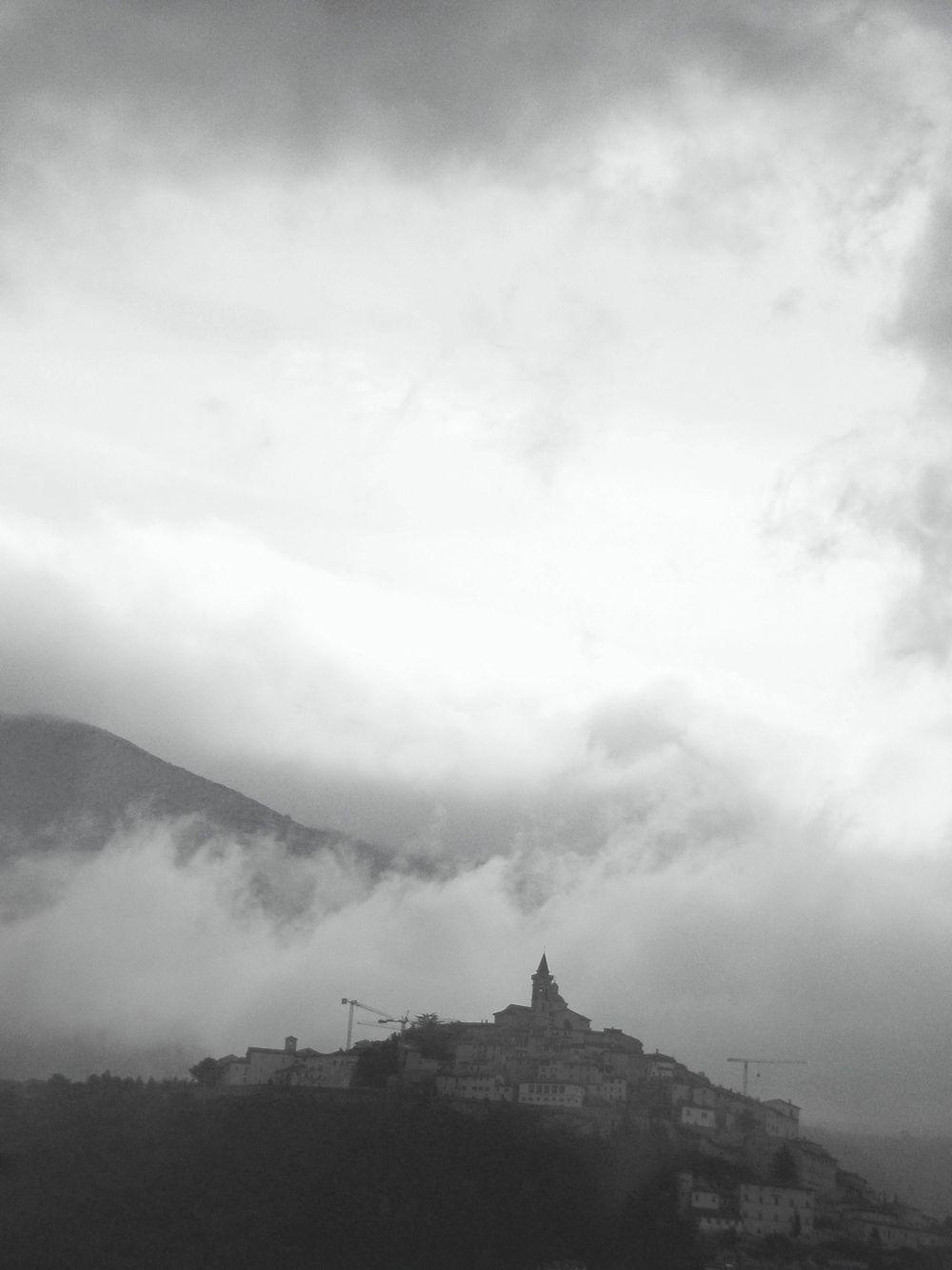 *** гора туман италия башенный кран простор пейзаж город облака