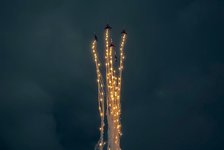 Шьют золотом бархат неба.