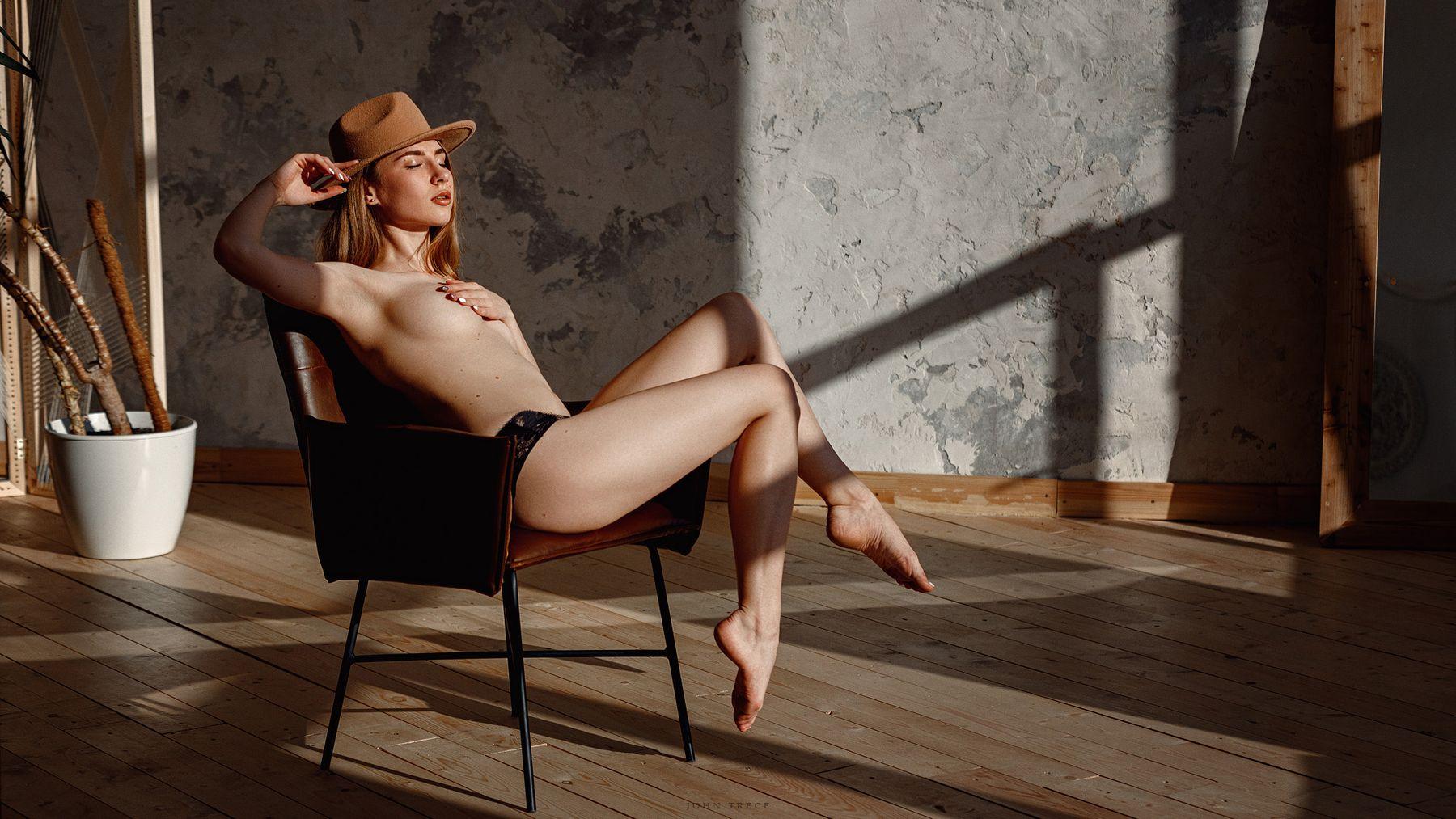 Nastya девушка на стуле в студии шляпе красивая фигура нежность ню эротика