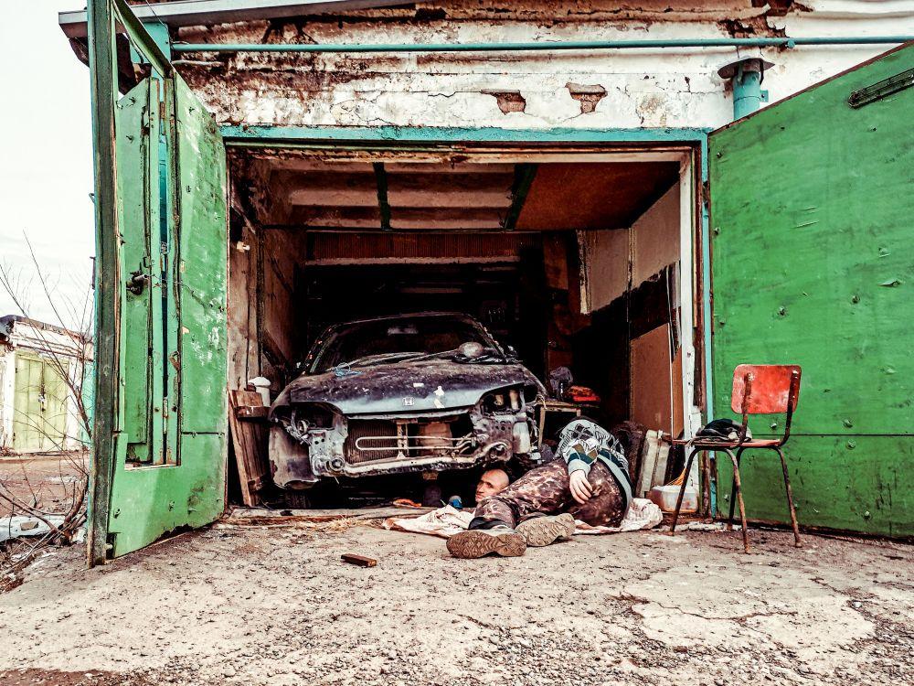 «Пазл» или «Бедный Йорик» Россия улица 2021 гараж автомобиль авто машина авария части разбитая мужчины ремонт улыбка юмор голова туловище