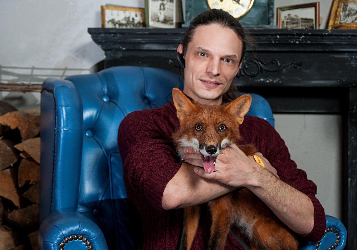 Хитрый лис рыжая лисица молодой человек животные постановочное фото гламур лесные фотосессия съёмка