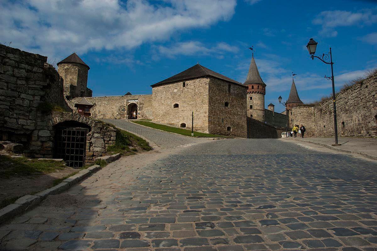 Старая крепость. дорога вход крепость