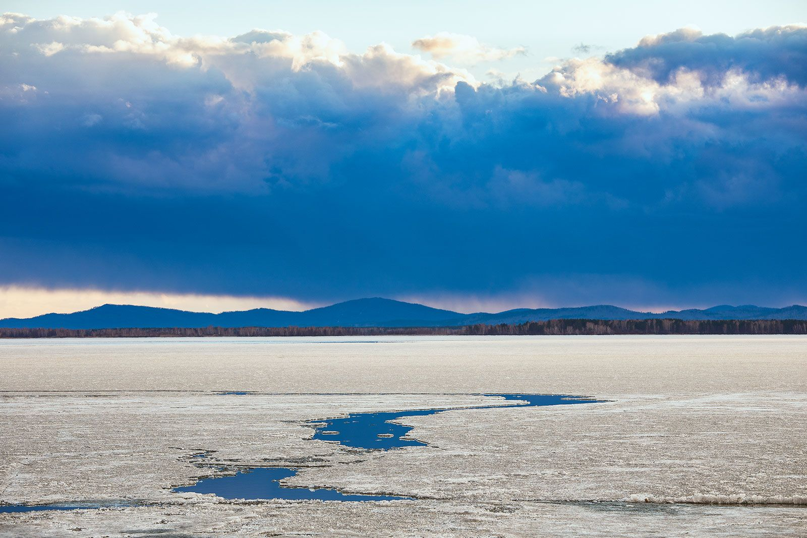 цветовой минимализм апреля пейзаж тучи вечер закат лес озеро синий проталина