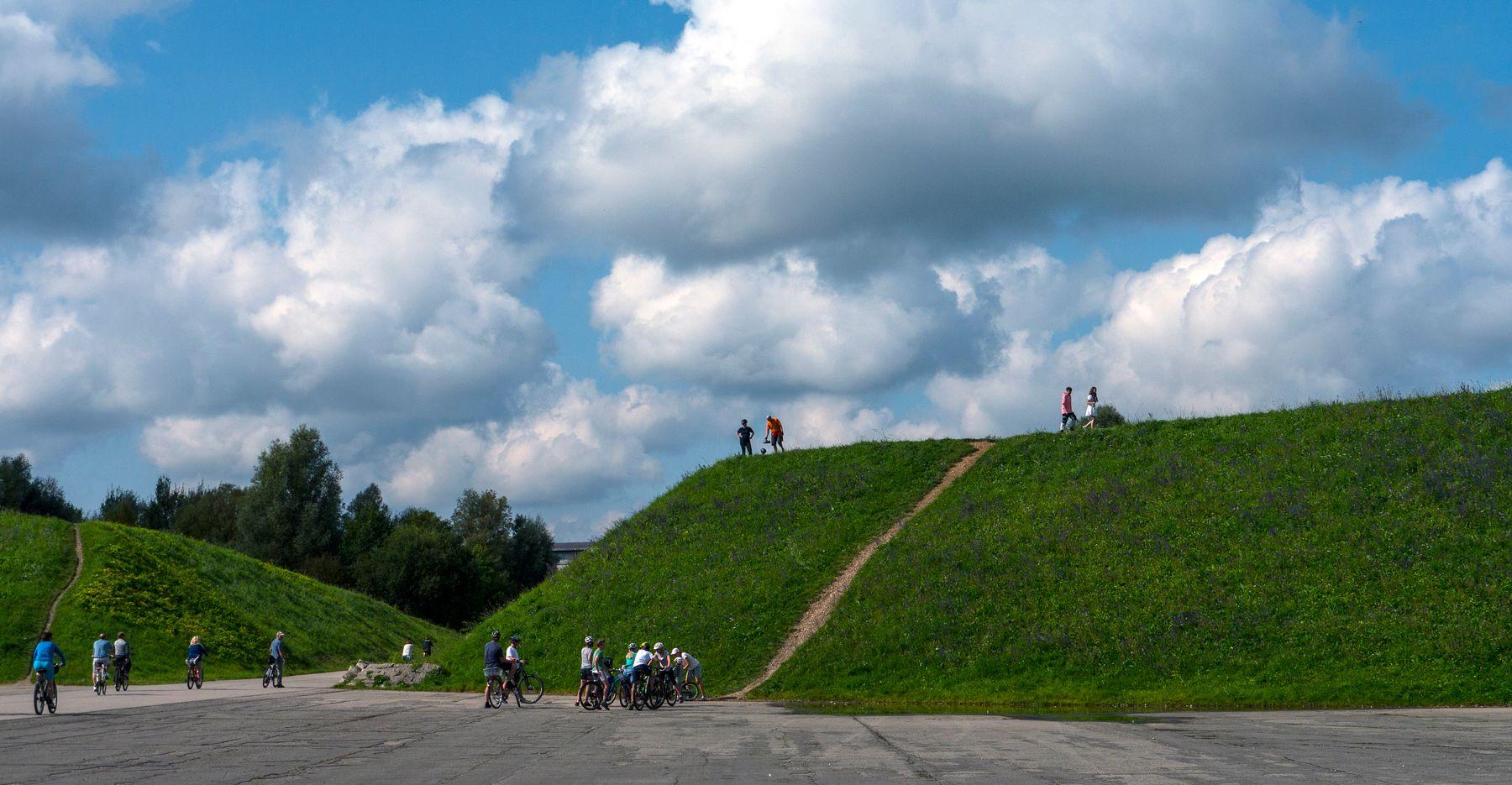 *** воскресный день солнечный велосипедисты