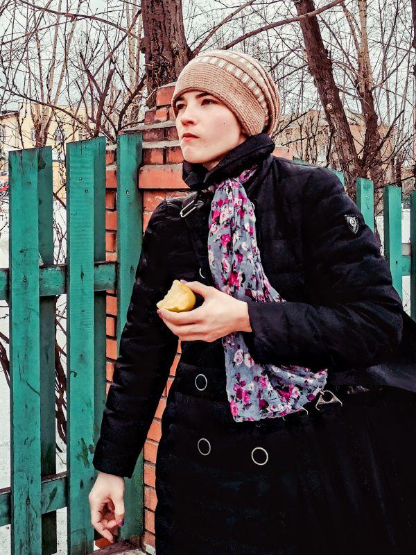 Девушка с яблоком 2021 стрит фото улица люди фотограф наблюдатель экзистенция город будни день Россия яблоко девушка еда вкусно