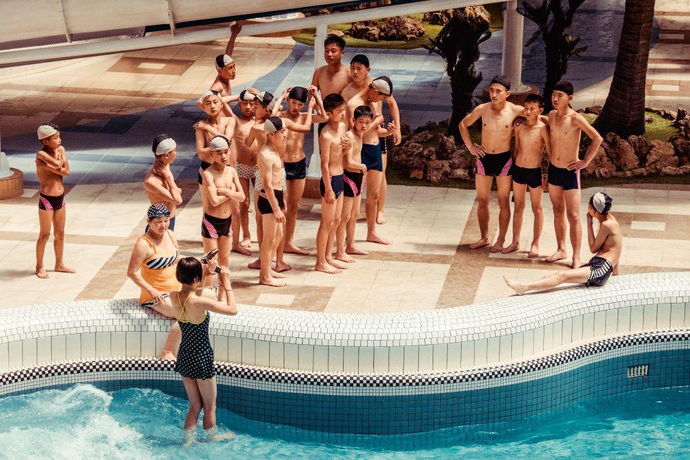 Из серии «Чосон» Корея Северная КНДР репортаж документальная социализм идеология жизнь отдых бассейн класс дети подростки фото