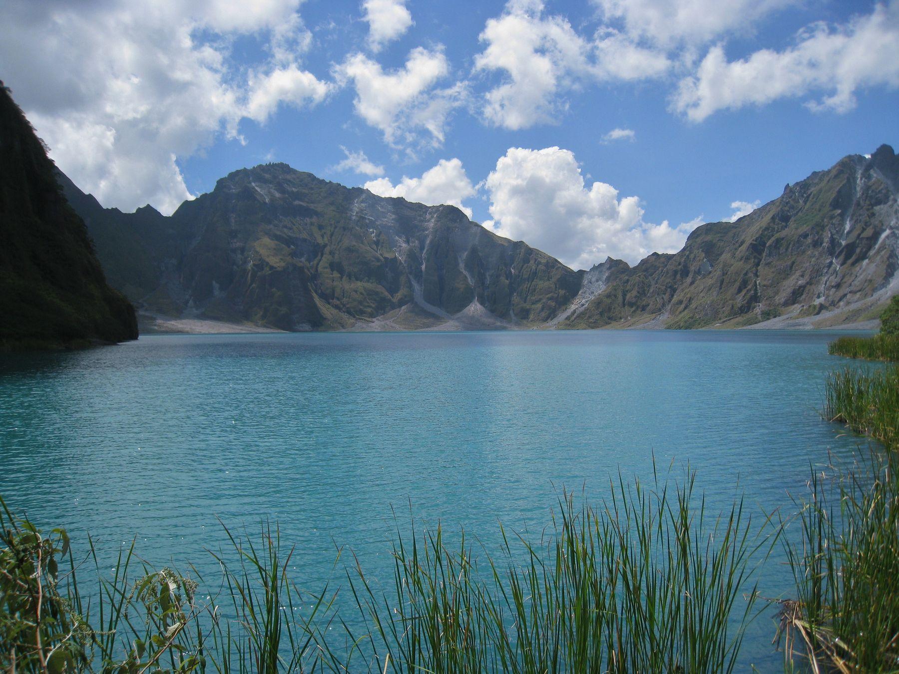 Озеро в кратере вулкана Пинатубо. Филиппины вулкан кратер горы скалы