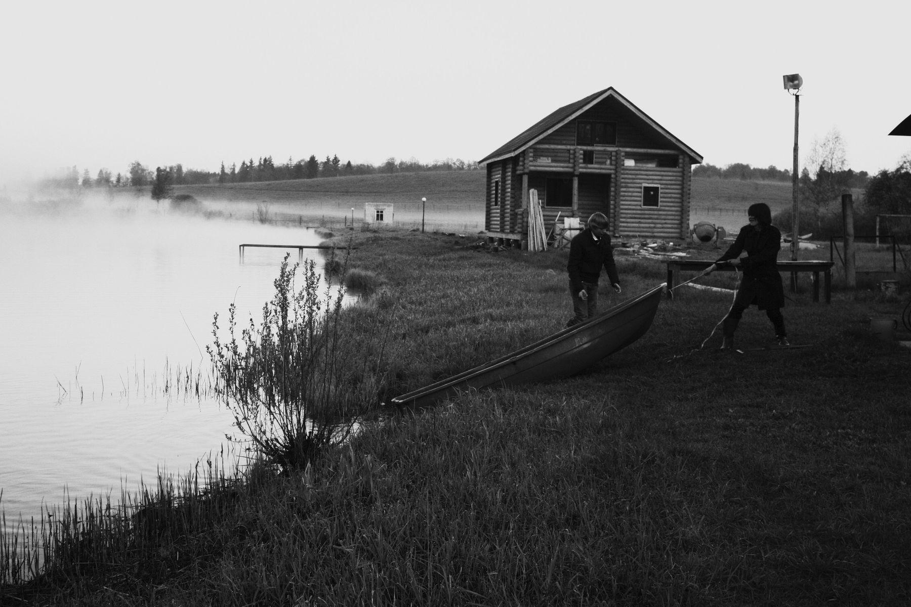 *** лодка берег переправа утро туман пейзаж избушка дом пирс чб люди трава фонарь