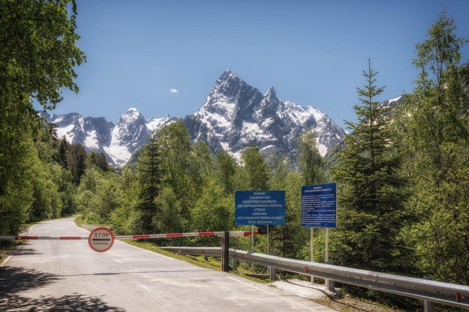 Гоначхирское ущелье Россия Домбай горы лес дорога