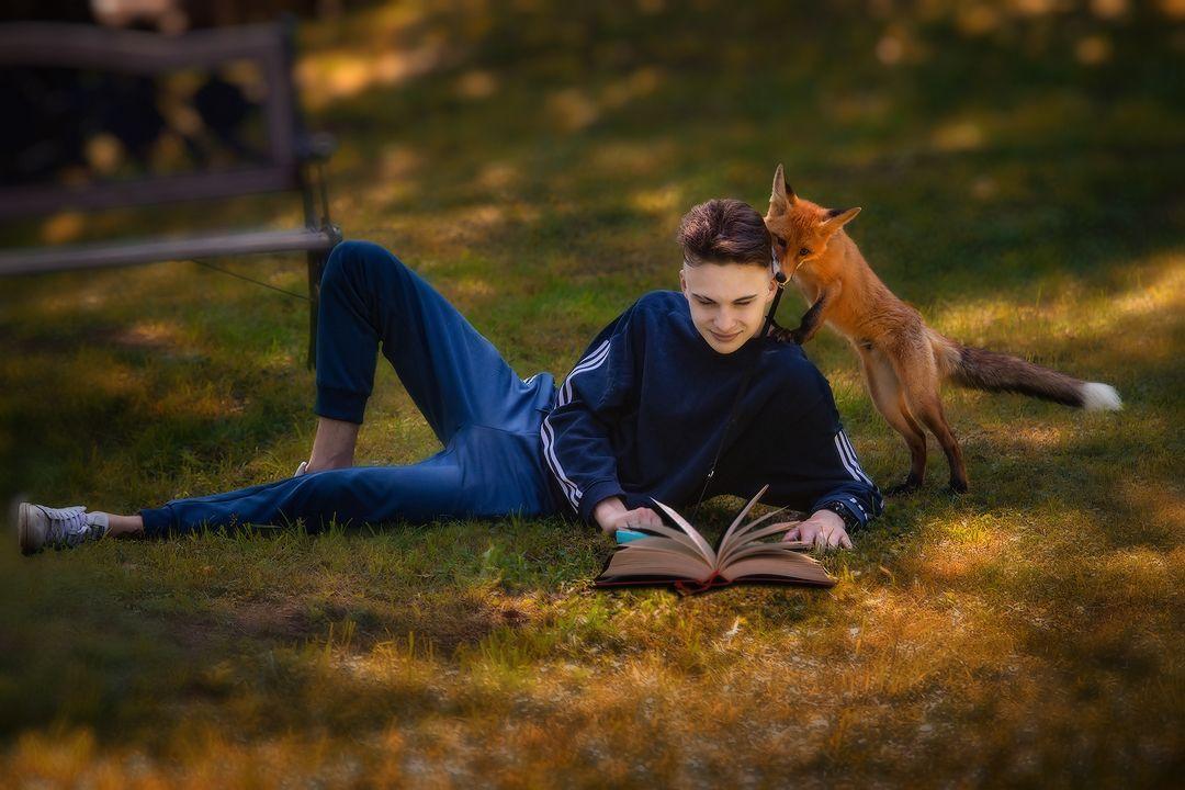 "Антуан де Сент-Экзюпери читает знакомому лису сказку ""Маленький принц"""