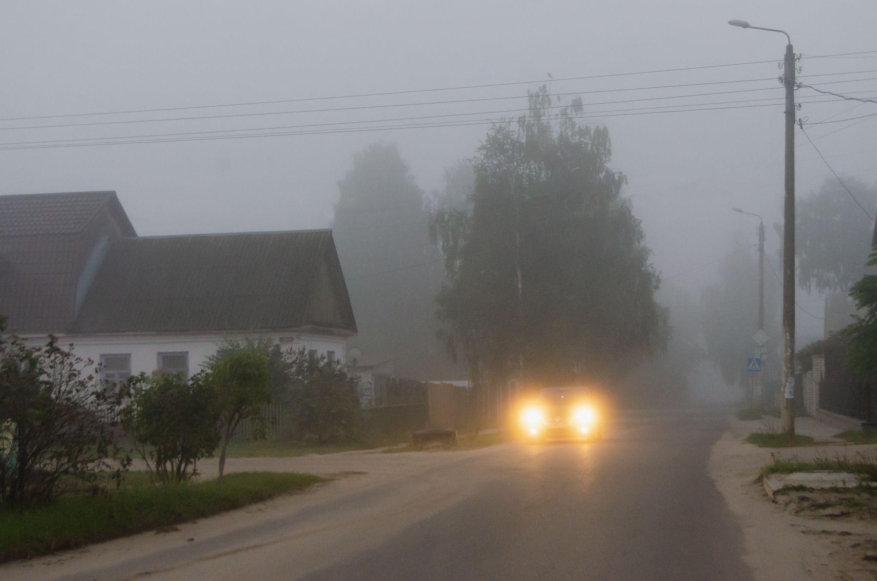 В тумане дорога машина туман утро дома