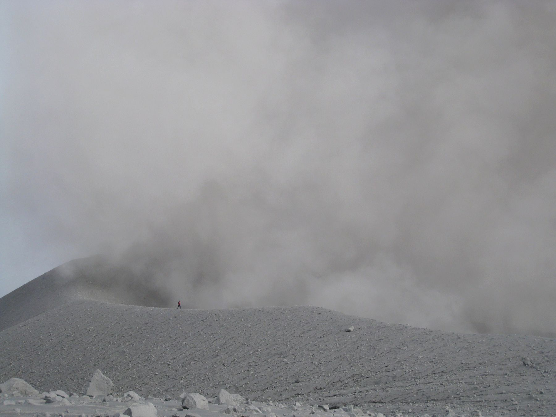 Человек на кромке кратера вулкана Семеру, для масштаба. Индонезия вулкан кратер горы скалы