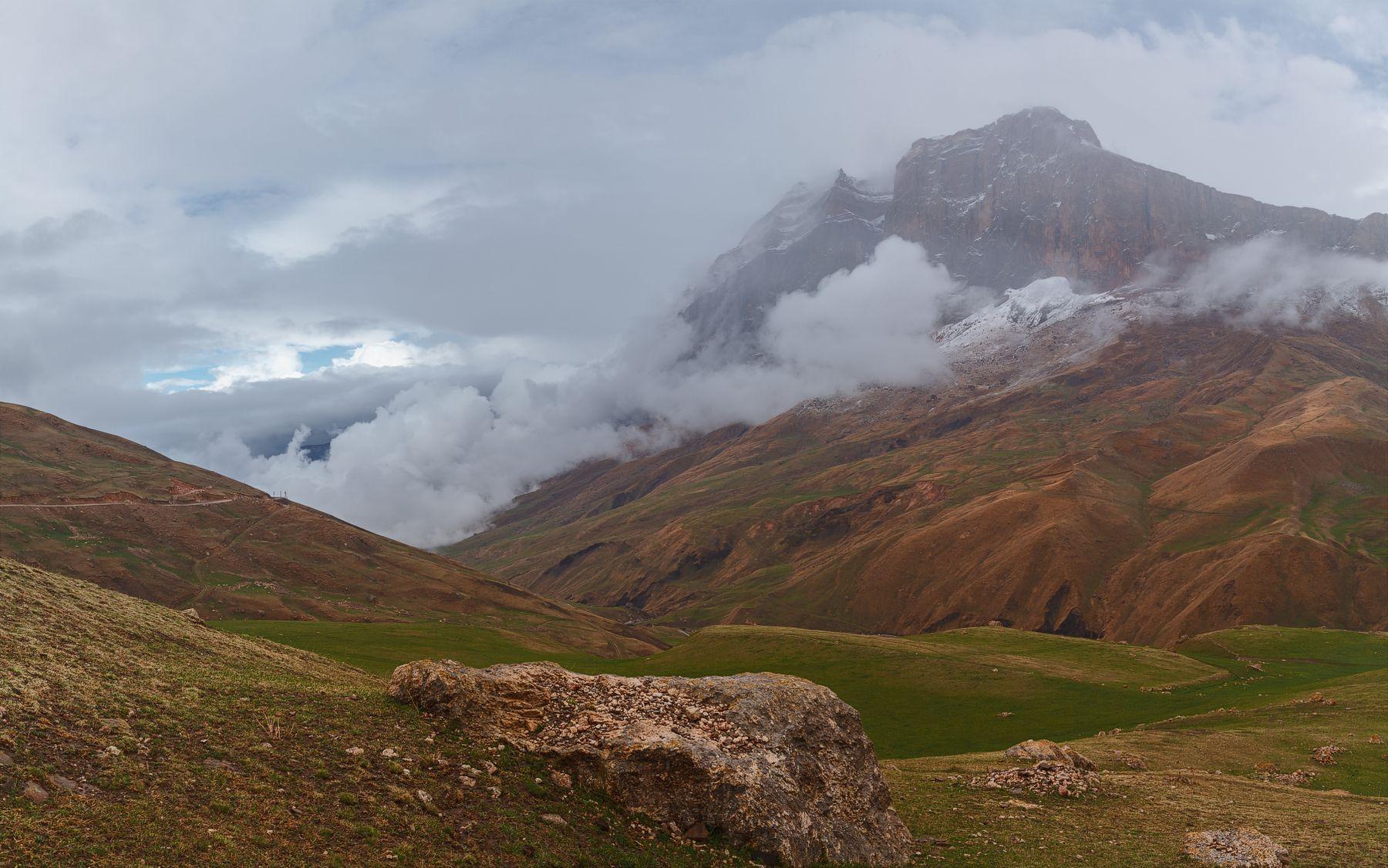 Гора Яридаг в Дагестане в тумане Дагестан Куруш Яридаг горы туман