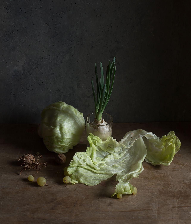 с салатом Айсберг натюрморт салат лук