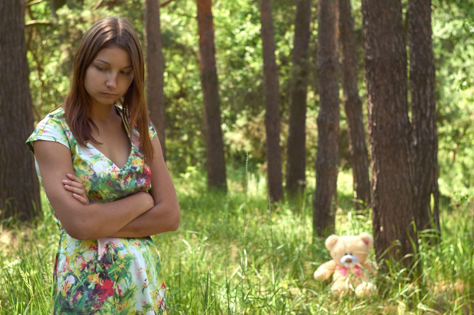 Обида девушка лето портрет модель плюшевый мишка игрушка