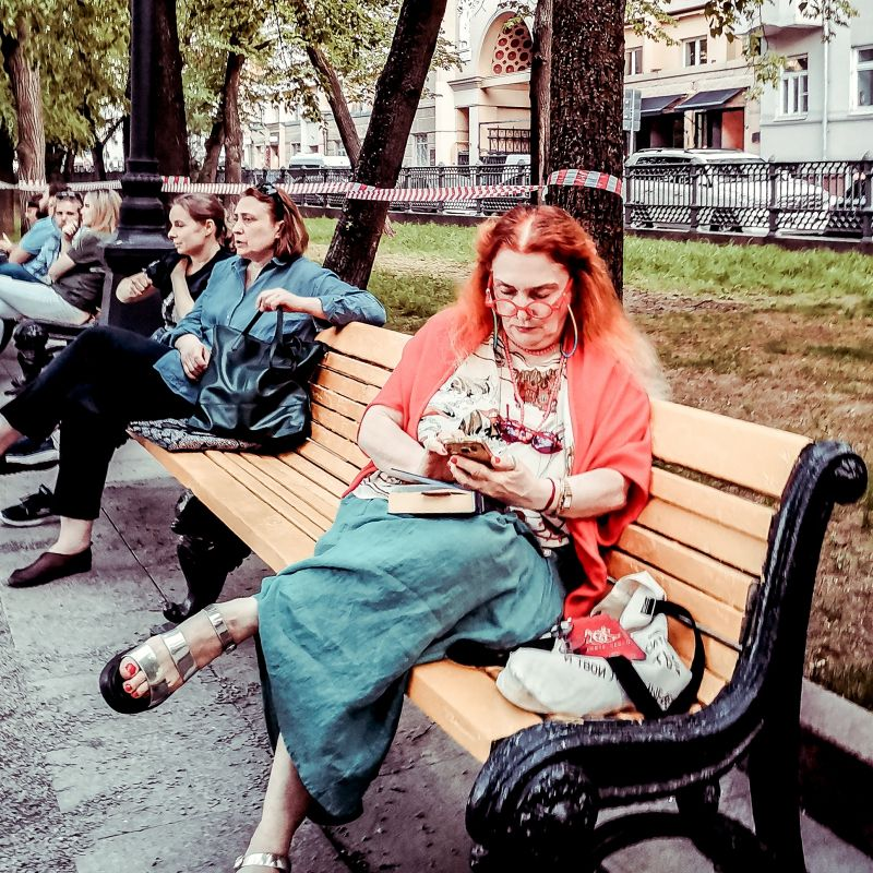 Из серии «Модный приговор» мода стиль одежда город фото стрит Россия улица Москва 2021 женщина парк красный выразительный