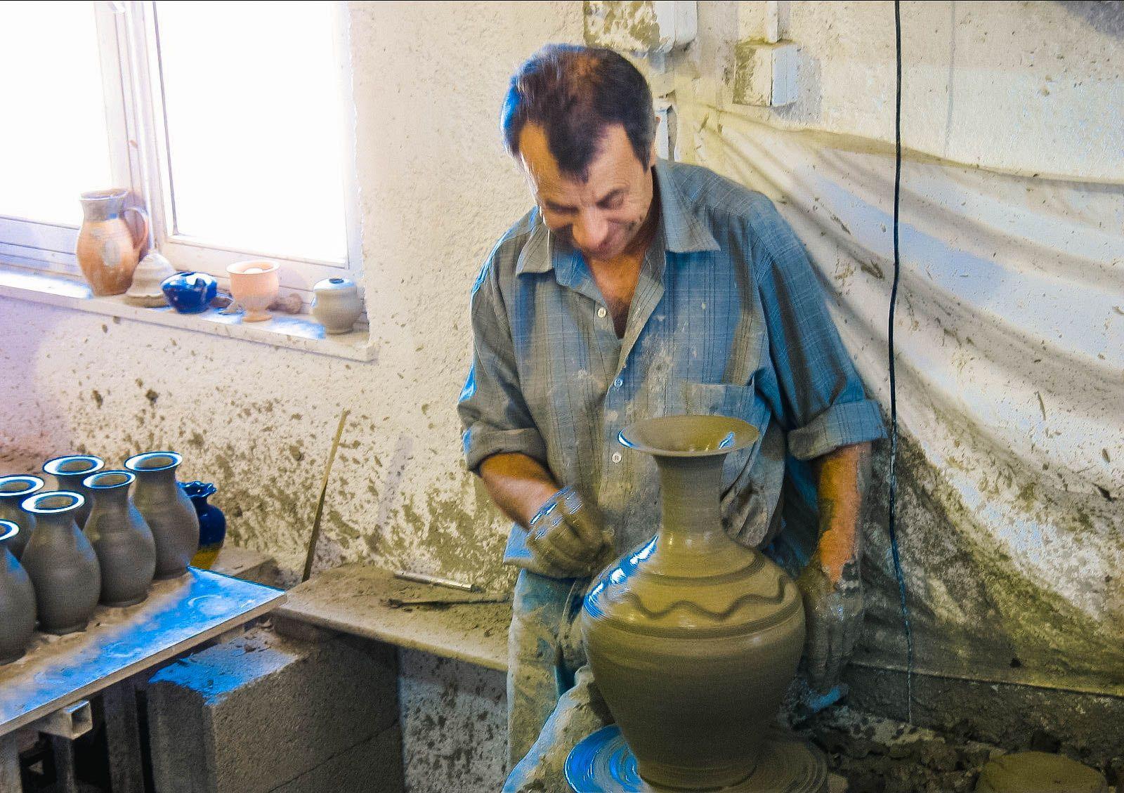 Критский гончар за работой, Крит (07.06.2006)