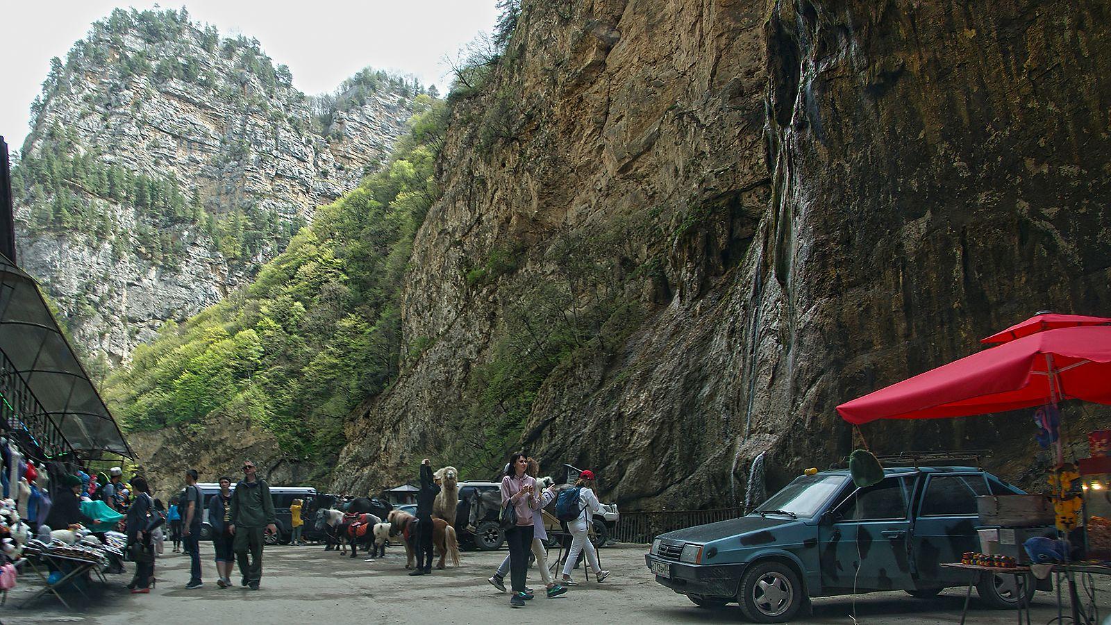 праздность и повседневность у чегемских водопадов Чегемское ущелье водопады праздность туристы повседневность торговцы