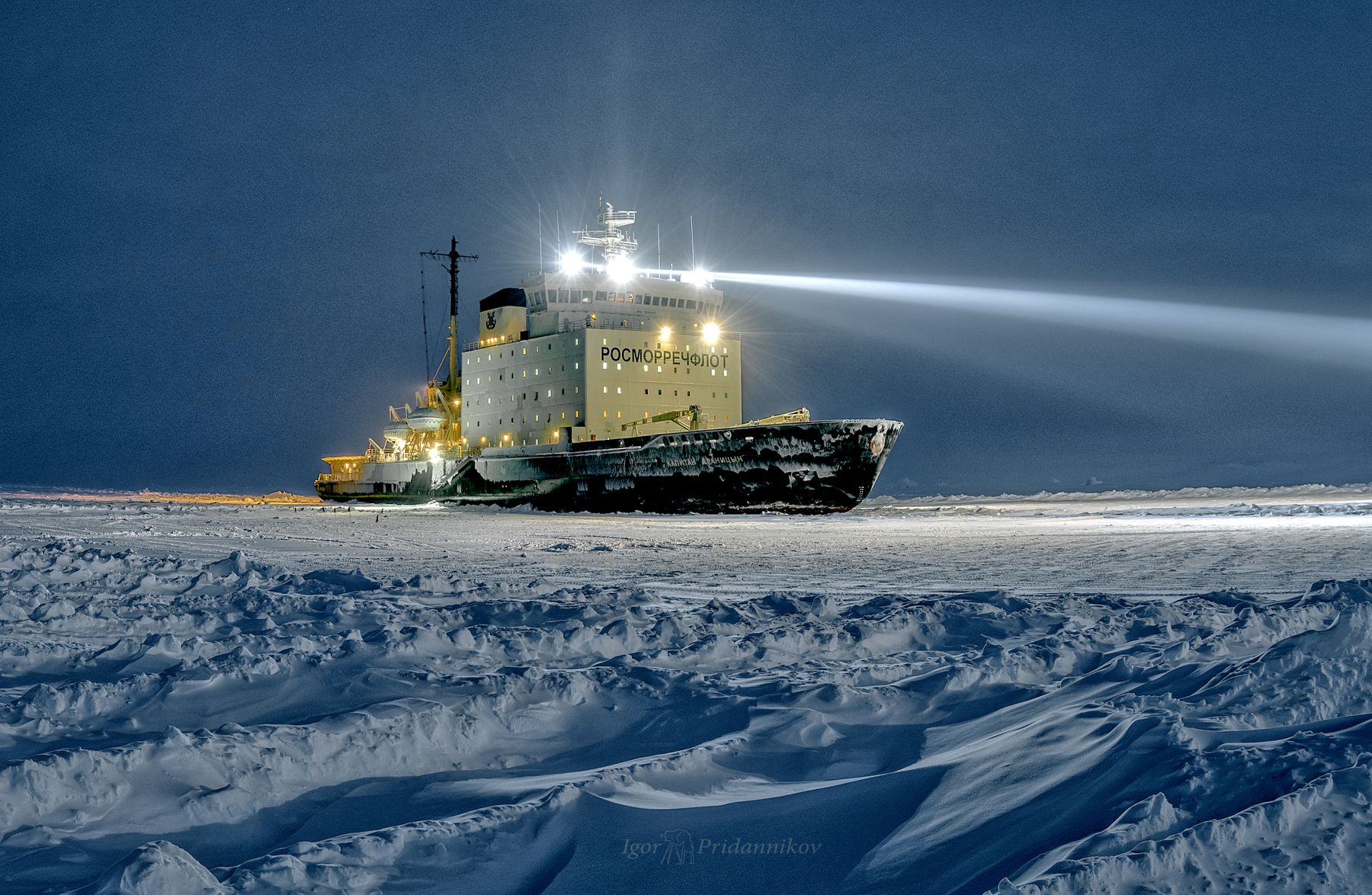 Освещая путь драницын лёд арктика освещённый прожектора ночь