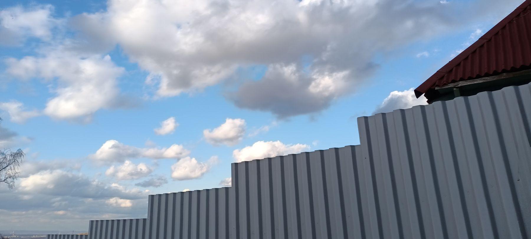 Забор Забор деревня крыша деревянный дом весна небо облака ветви даль