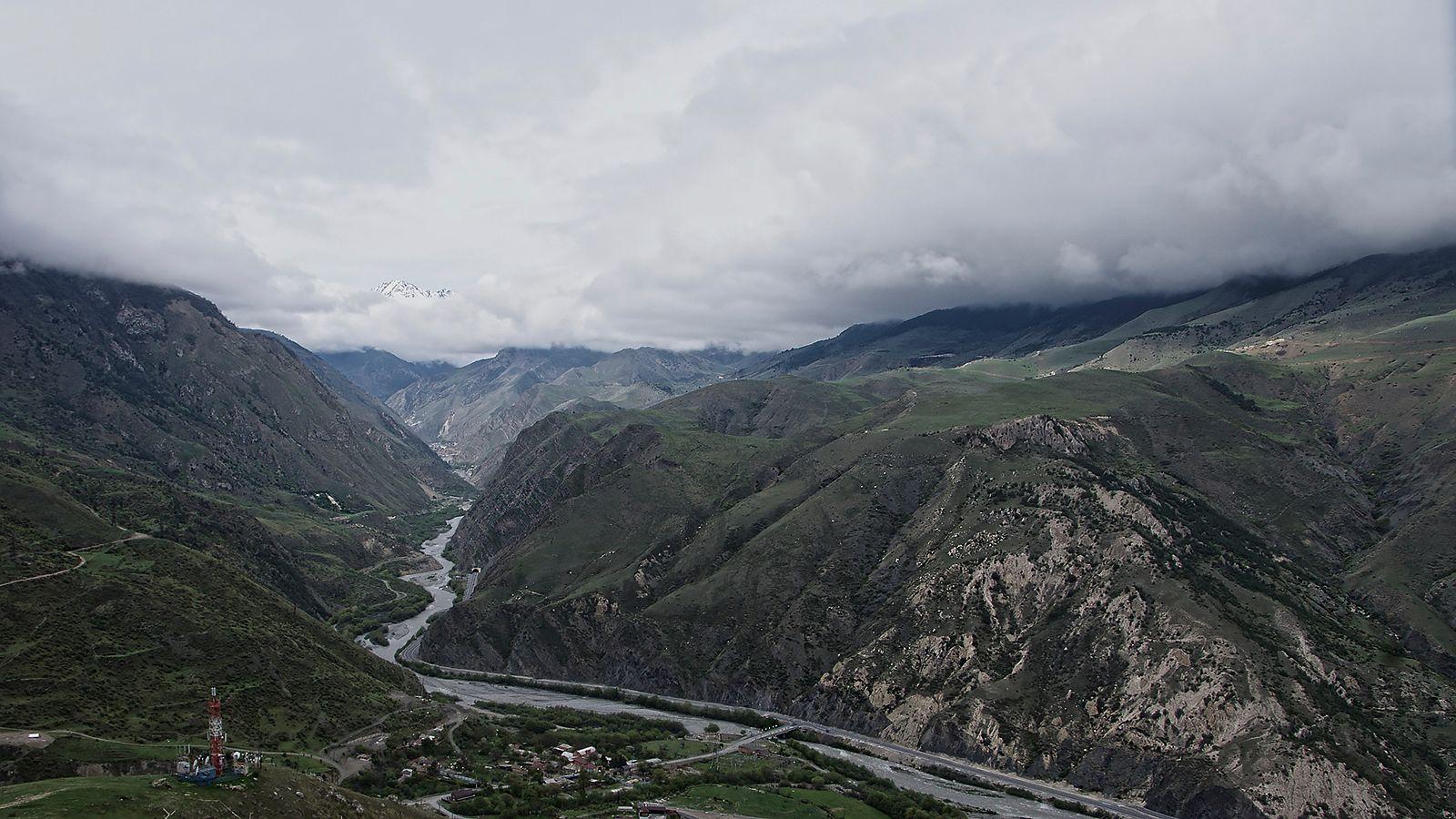 выше Нижний Унал река Ардон Транскавказская магистраль под потолком выше
