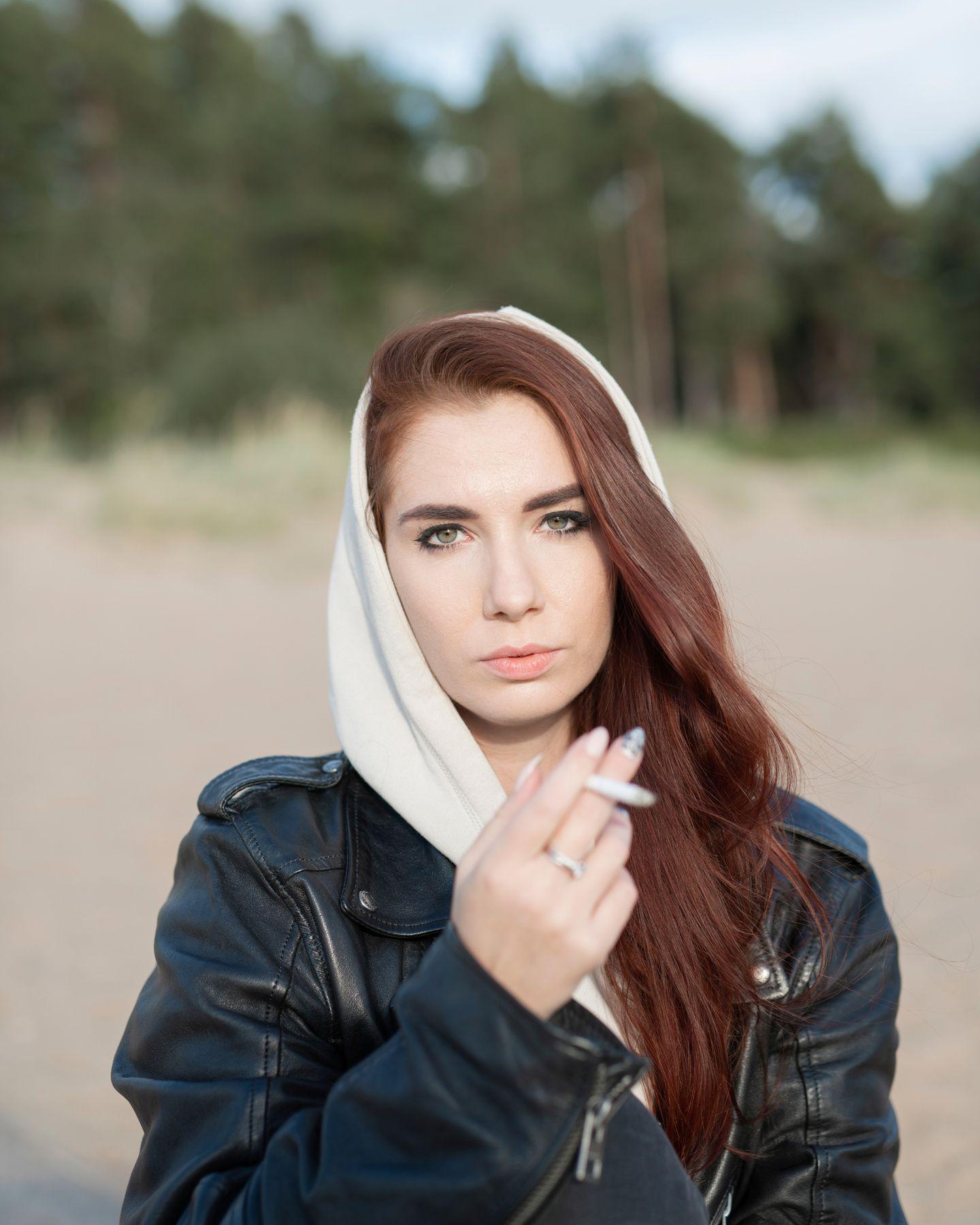 *** девушка сигарета портрет пляж косуха