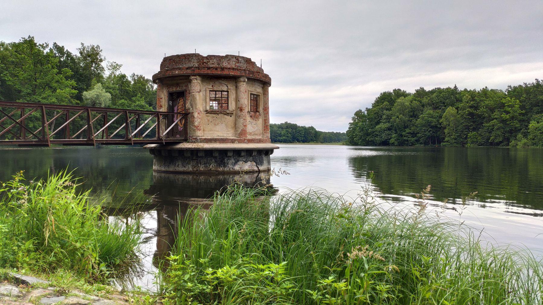 Смотровая беседка на пруду Великий(Вилльгайтен-нем.). Пруд беседка леса аллея