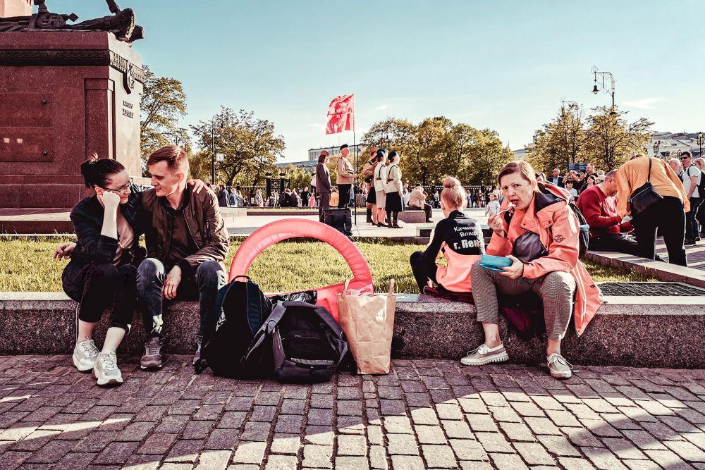 Из серии «Уличная экзистенция» Россия 2021 стрит фото улица люди фотограф наблюдения экзистенция город Москва чувства эмоции дела общество время песни зрители