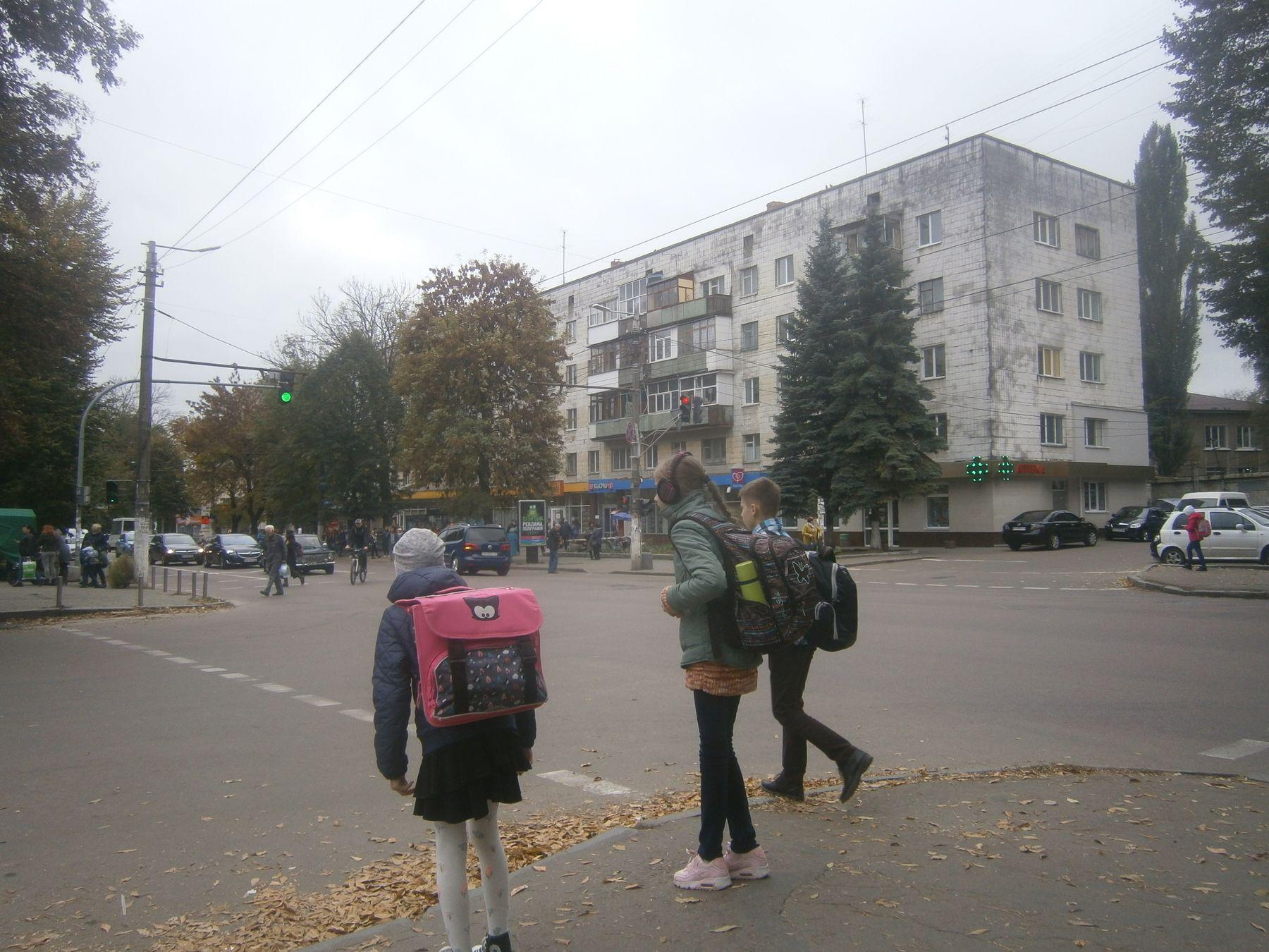 Дети идут со школы. Житомир. дети Житомир