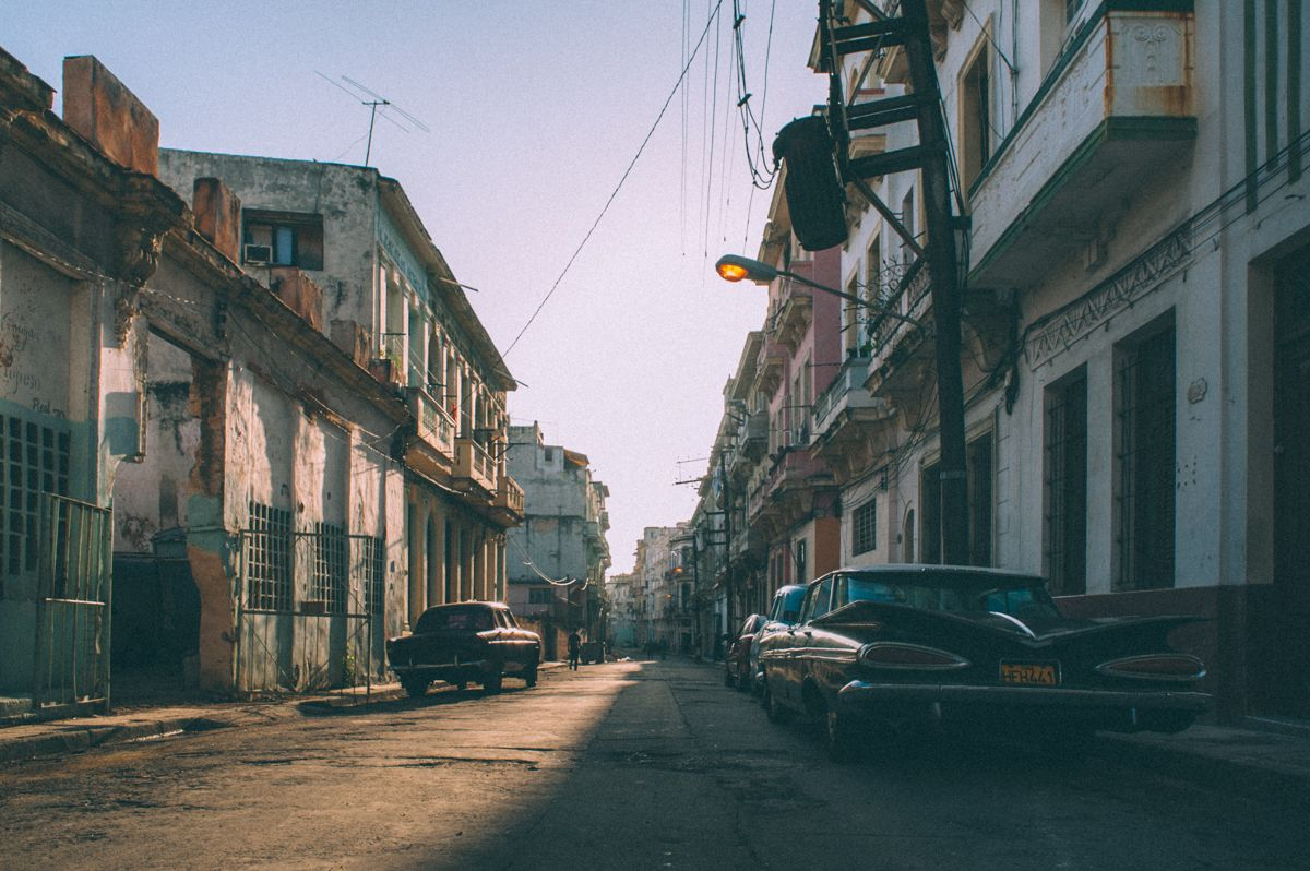Утро Куба Гавана олдтаймер уличное фото
