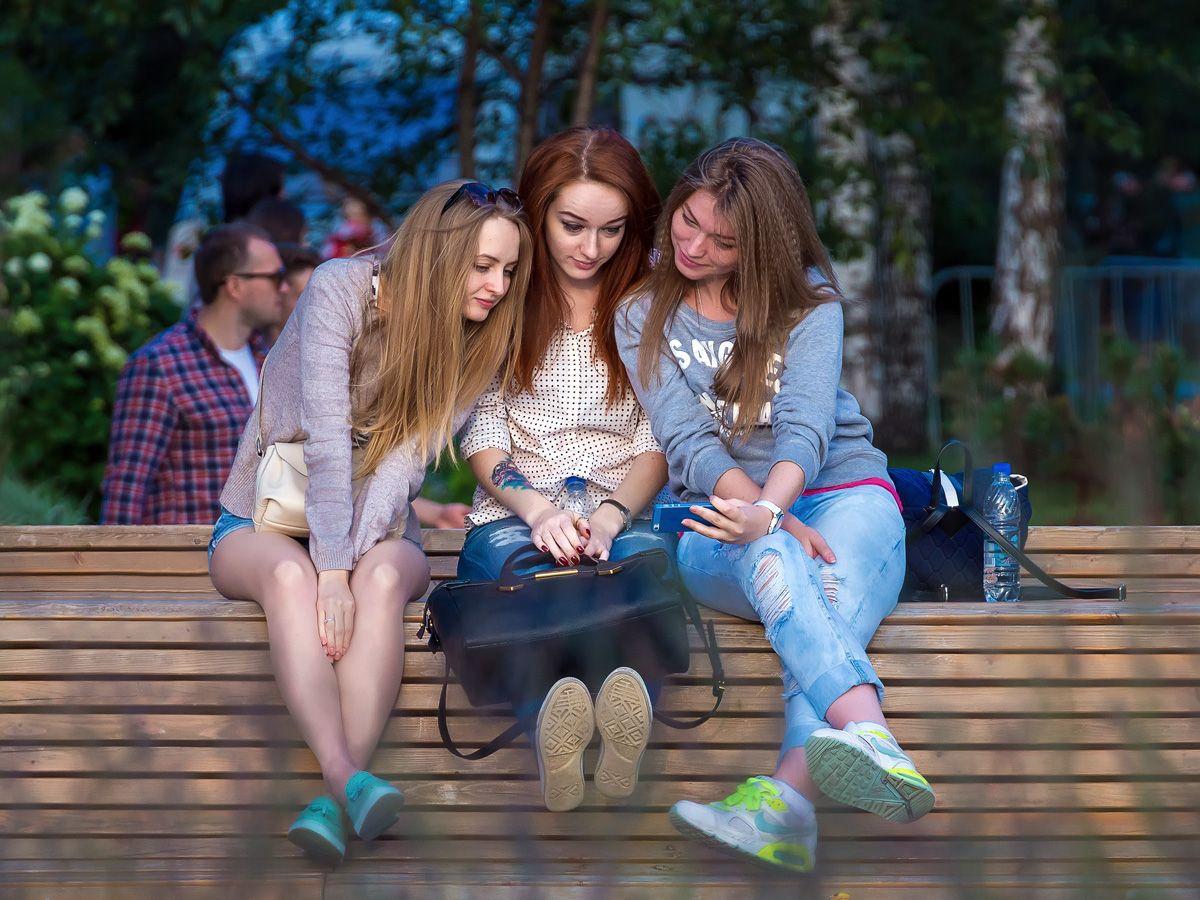 Подруги... вечер парк девушки скамейка
