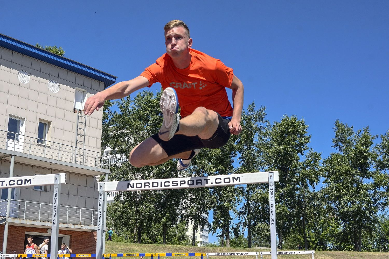 Бег с барьерами. Мужчины. бег с барьерами препятствие стадион лето соревнование