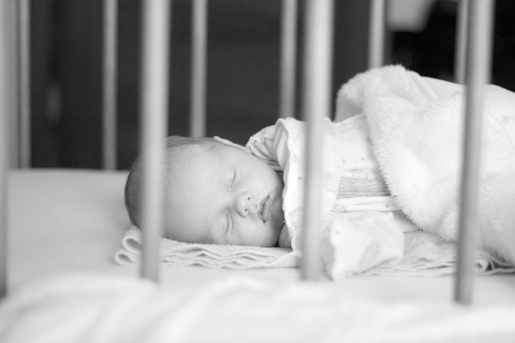 сладкий сон новорожденный младенец сладкий сон в кроватке ребенок
