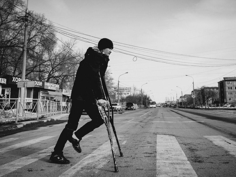 Из серии «Уличная экзистенция» Россия 2021 стрит фото улица люди фотограф наблюдения экзистенция город дорога путь костыли день переход парень перелом нога