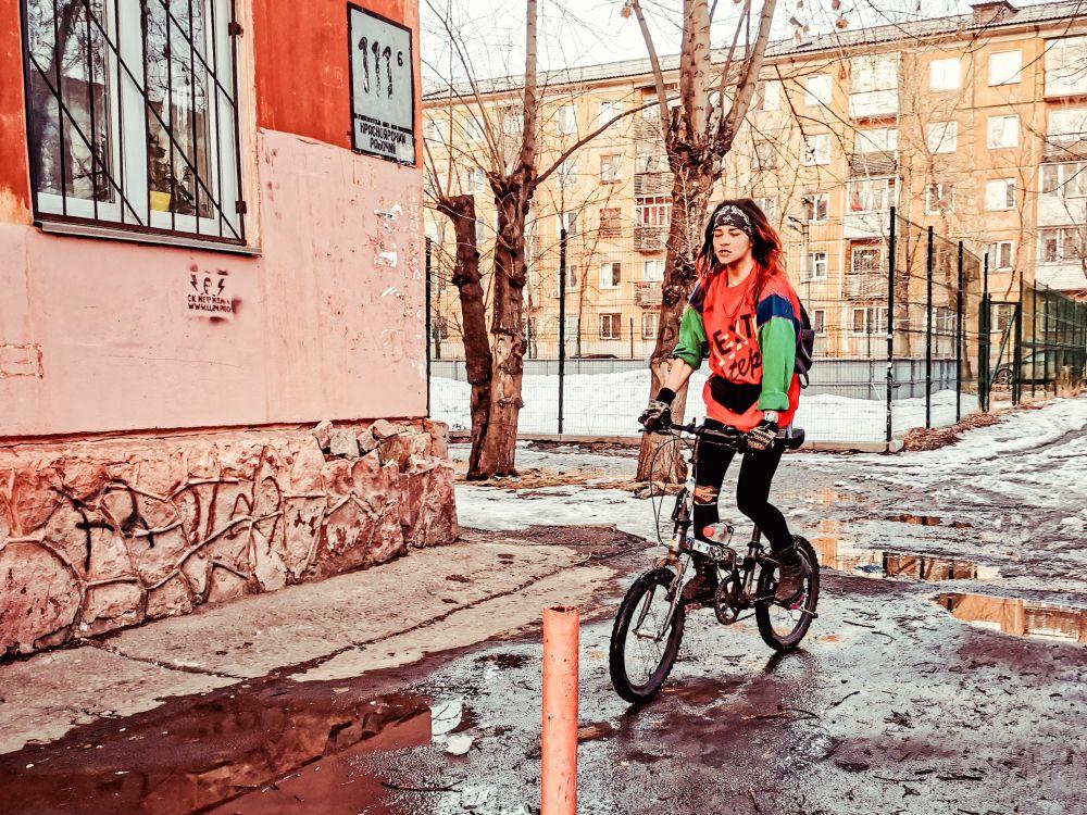 Я буду долго гнать велосипед... 2021 весна снег велосипед улица стрит фото Россия девушка скорость город
