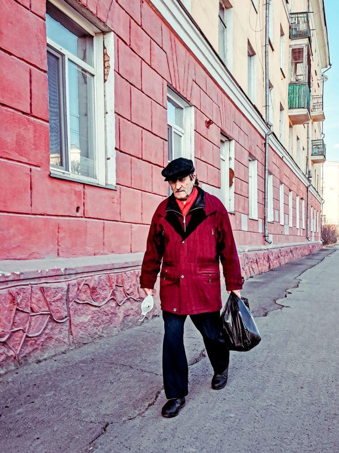 Из серии «Уличная экзистенция» Россия 2021 стрит фото улица люди фотограф наблюдения экзистенция город асфальт дом урбанистика мужчина красный окна