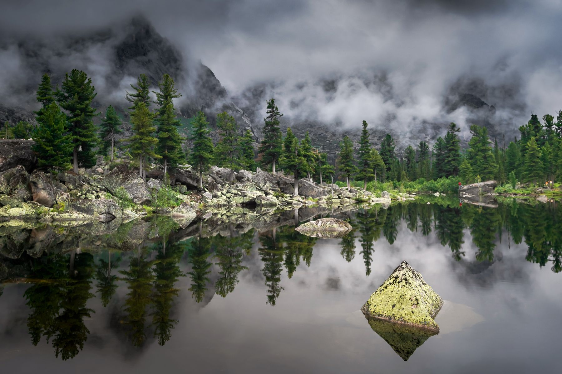 Пирамида озера Художников ергаки сибирь красноярский озерохудожников камень горы облака пасмурно тайга лес вода отражение