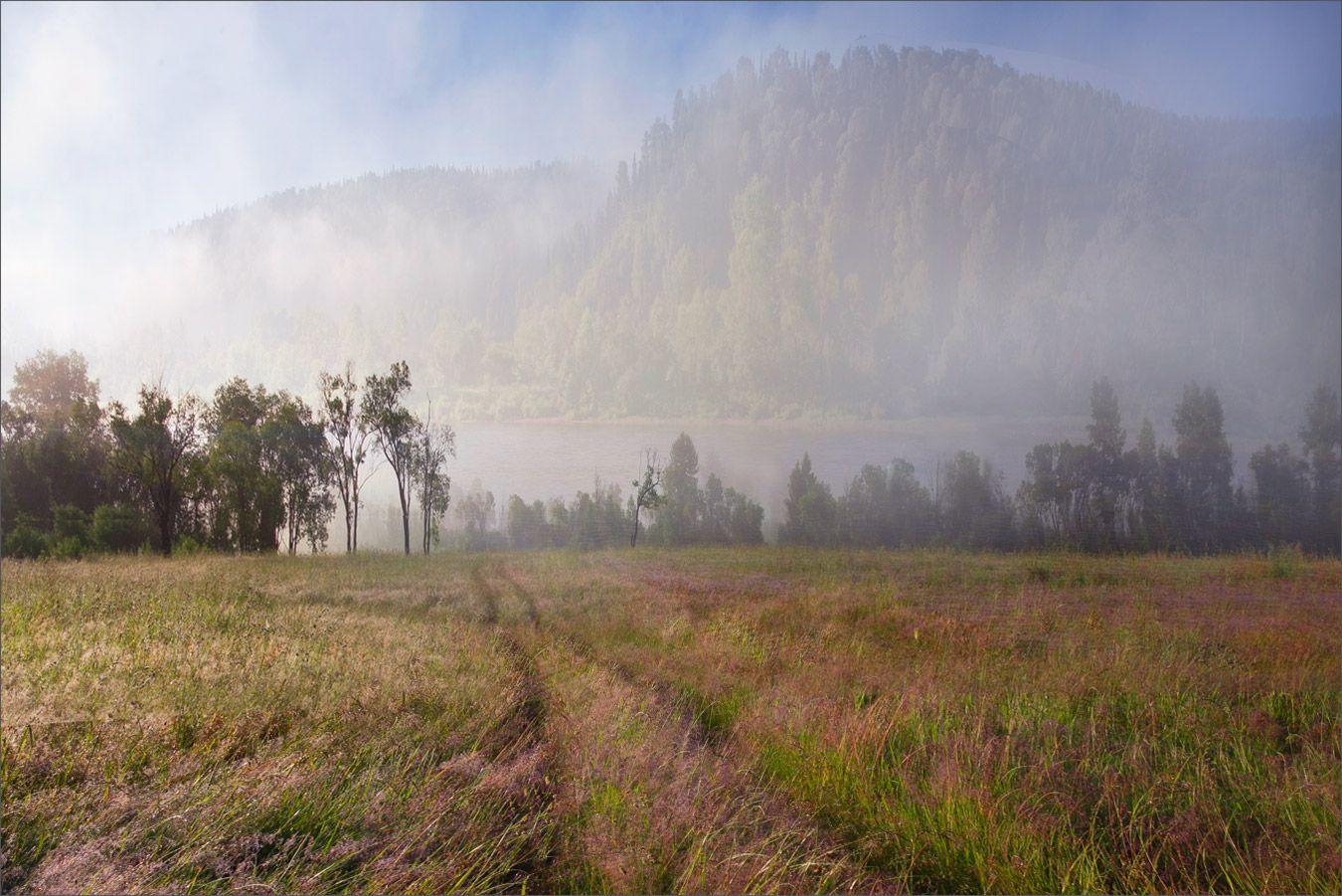 Затерянный мир Туман над рекой под горой на рассвете Пейзаж