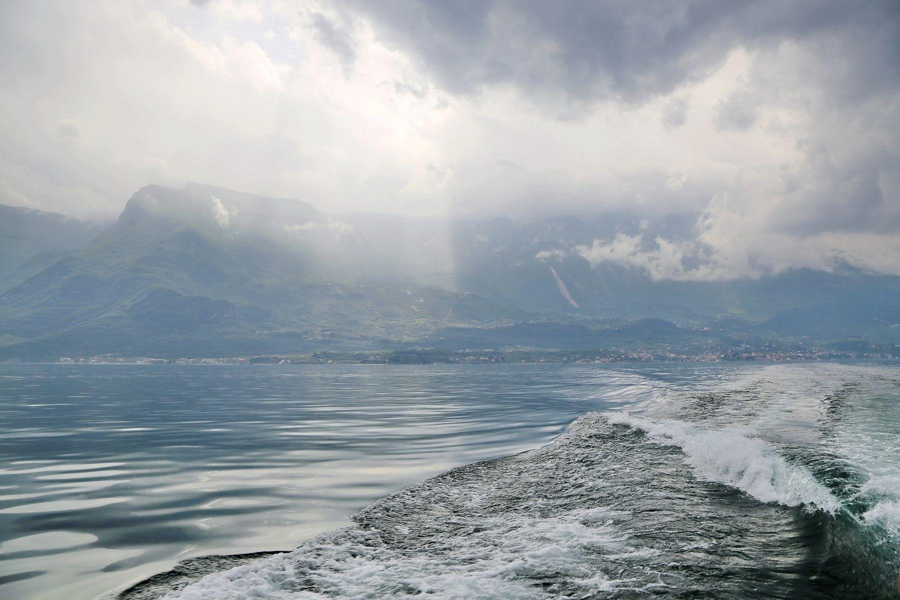 ***   уходим от грозы нависшей .... Гарда озеро Италия скорость катер