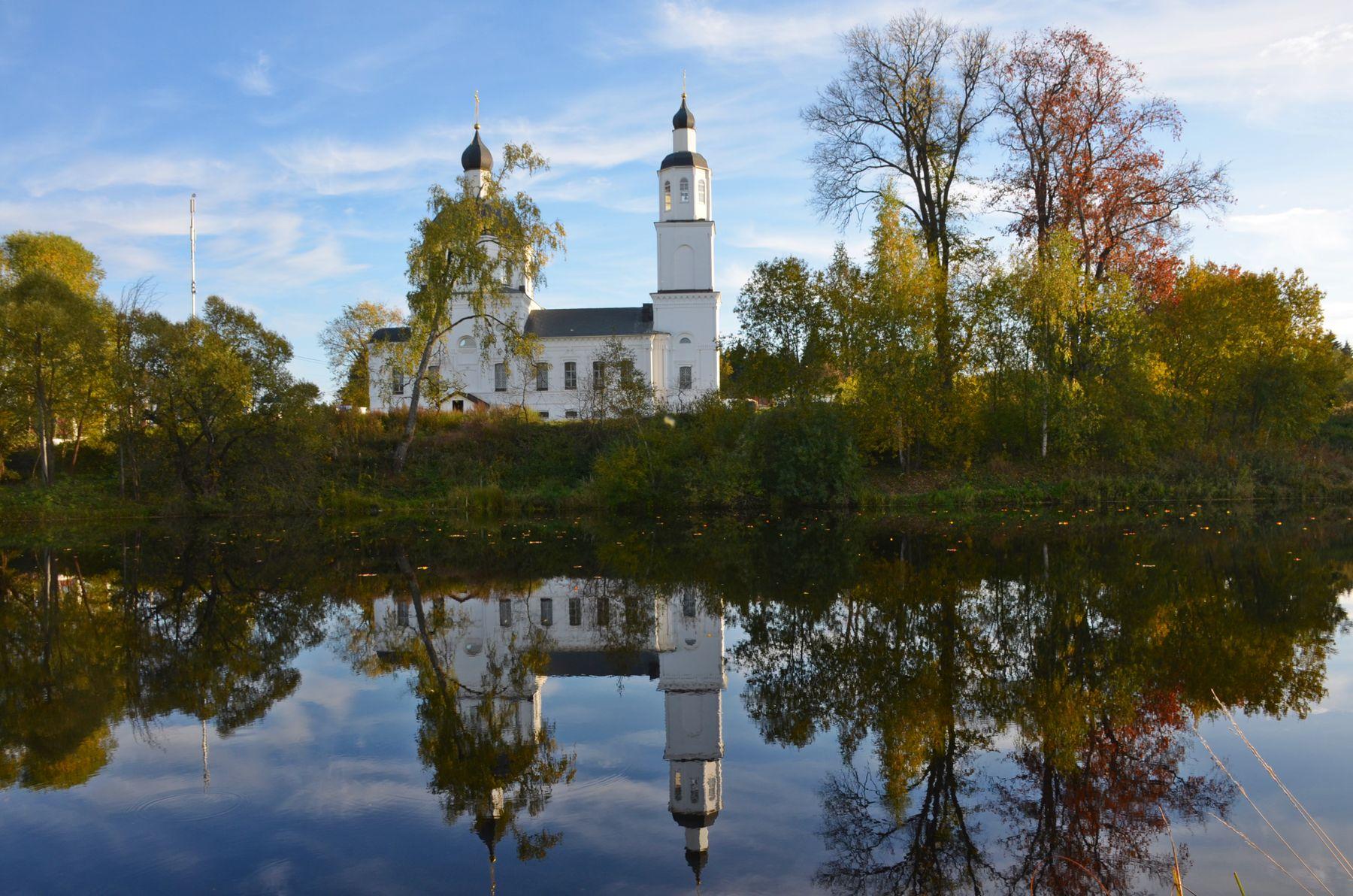 Церковь Рождества Пресвятой Богородицы. Москва Новофедоровское Руднево осень сентябрь храм церковь река отражение