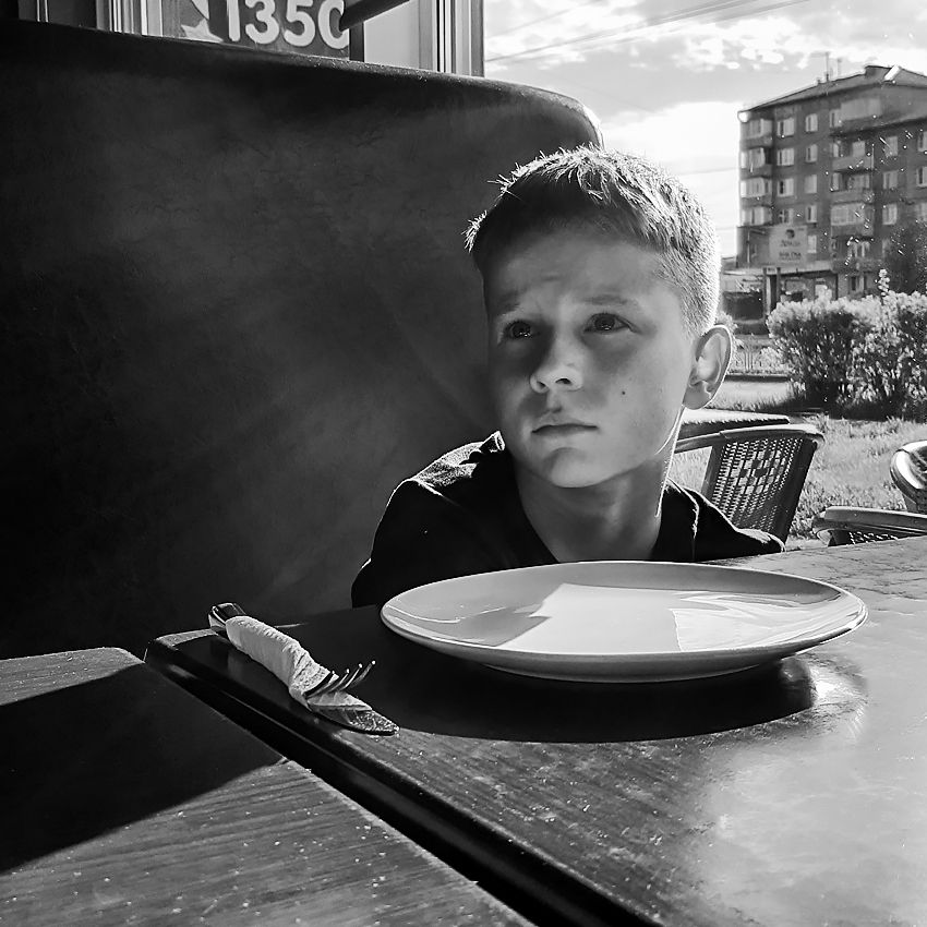 портрет ребенка с пустой тарелкой