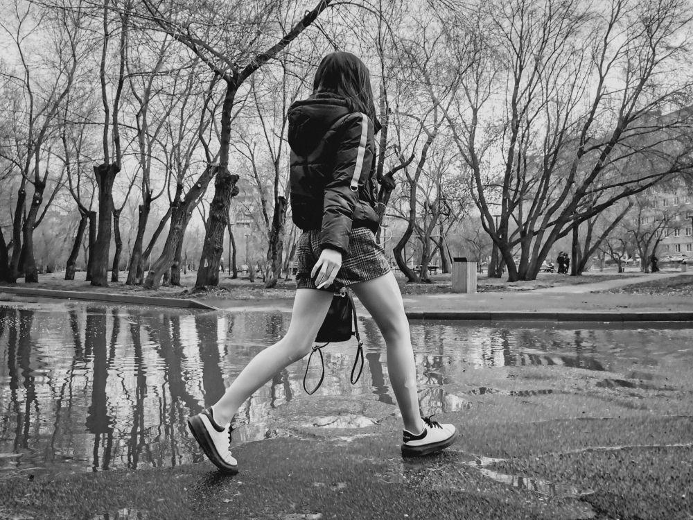 Из серии «Уличная экзистенция» Россия 2021 стрит фото улица люди фотограф наблюдения экзистенция город асфальт девушка лужа сигарета идти шагать парк сквер